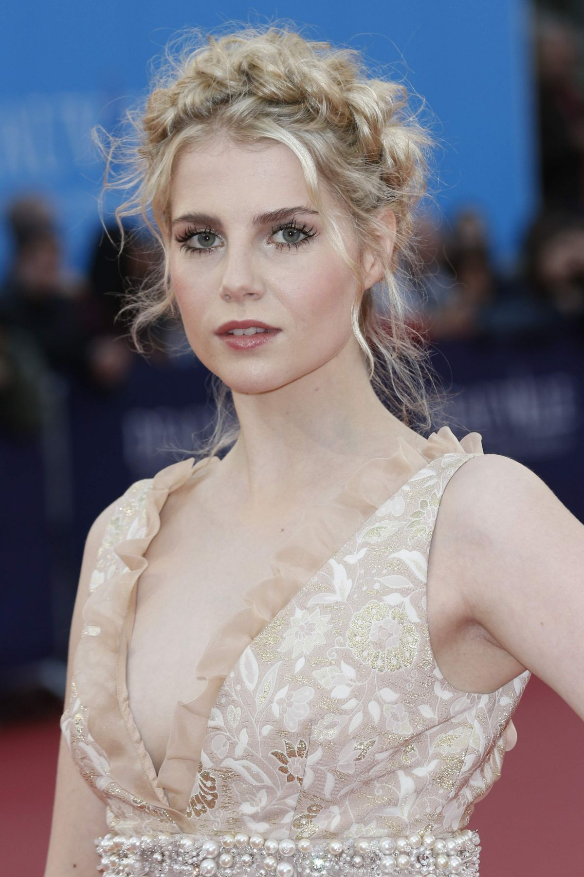Lucy Boynton en robe très décolletée