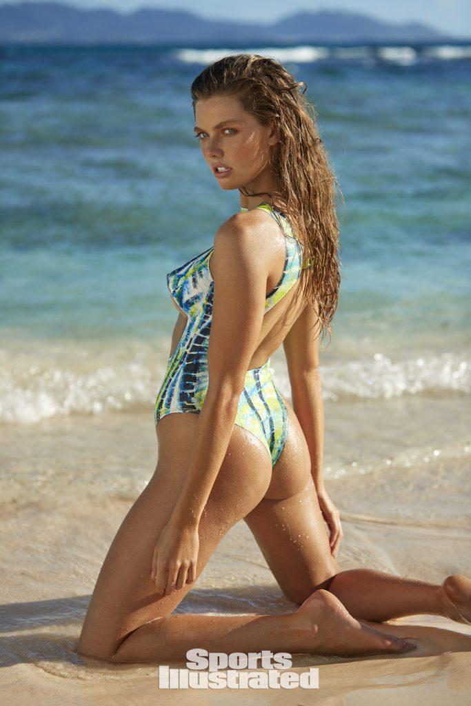 McKenna Berkley en maillot de bain échancré