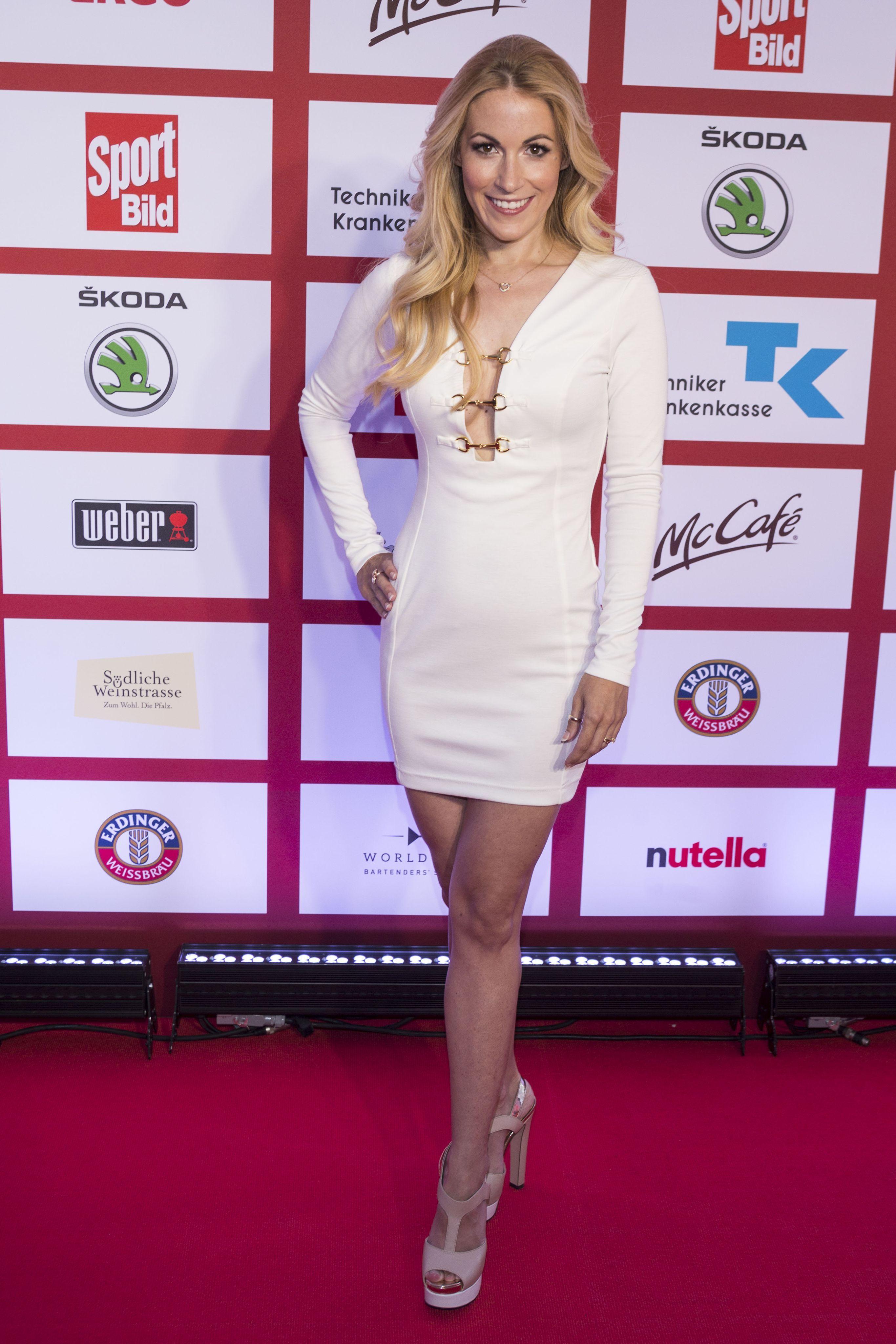 Andrea Kaiser en robe très décolletée