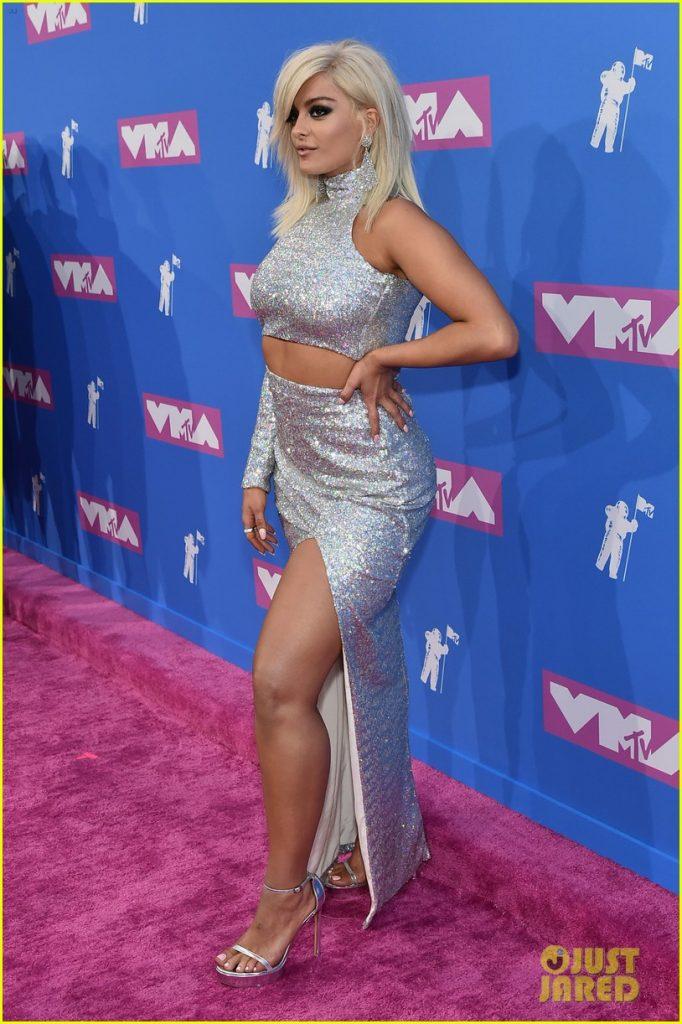 Bebe Rexha en robe moulante