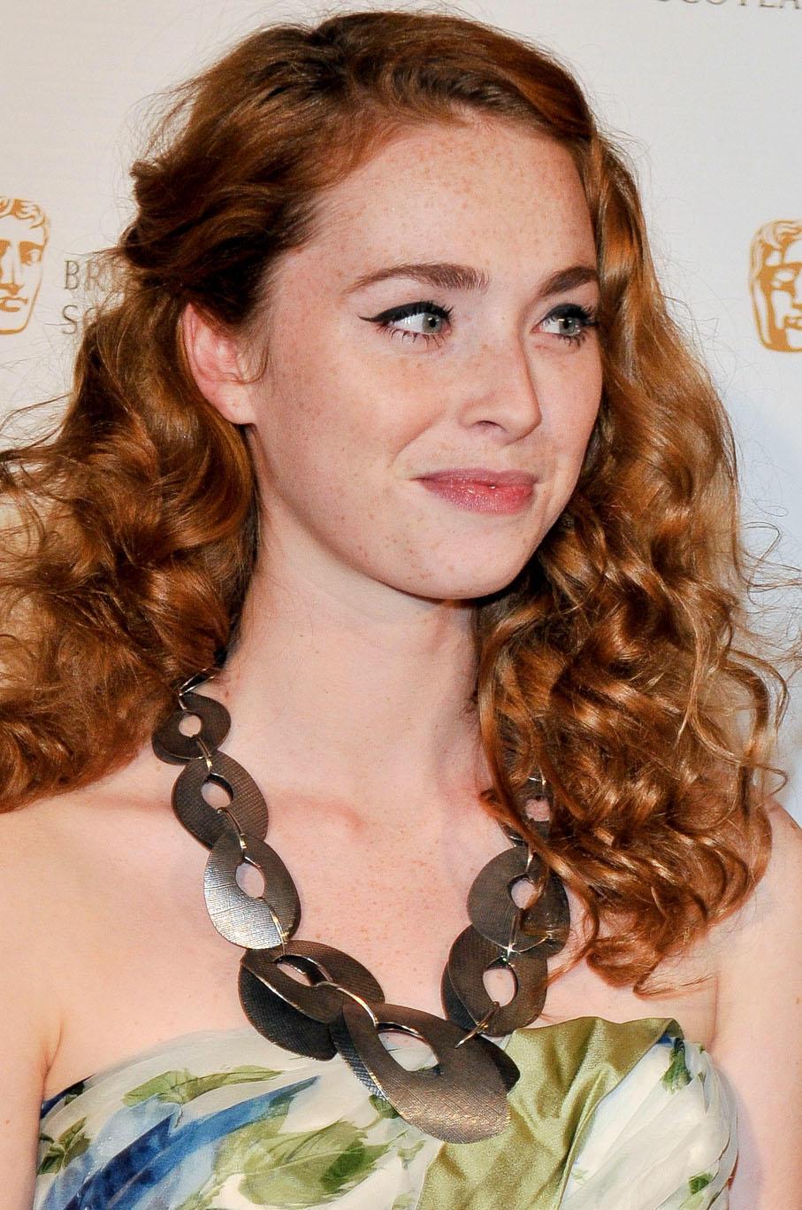 Freya Mavor en robe