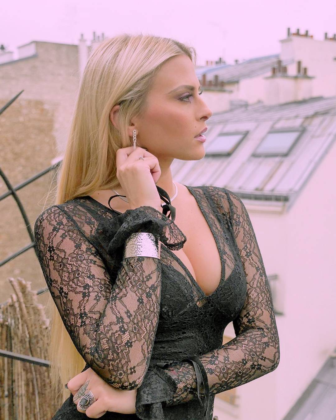 Kelly Vedovelli en robe de dentelle