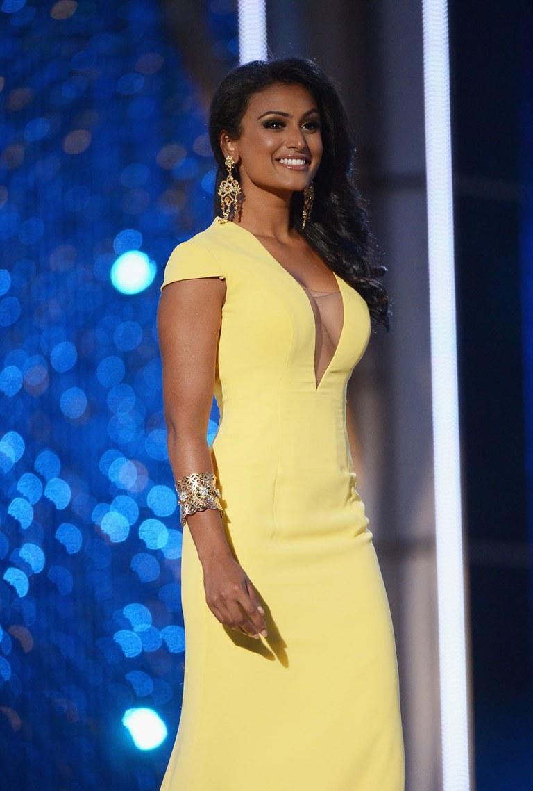 Nina Davuluri en robe très décolletée