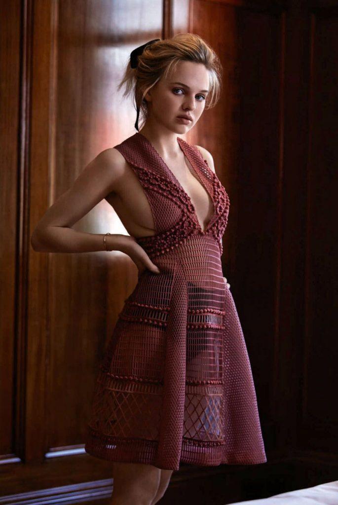 Odessa Young en mini-robe transparente