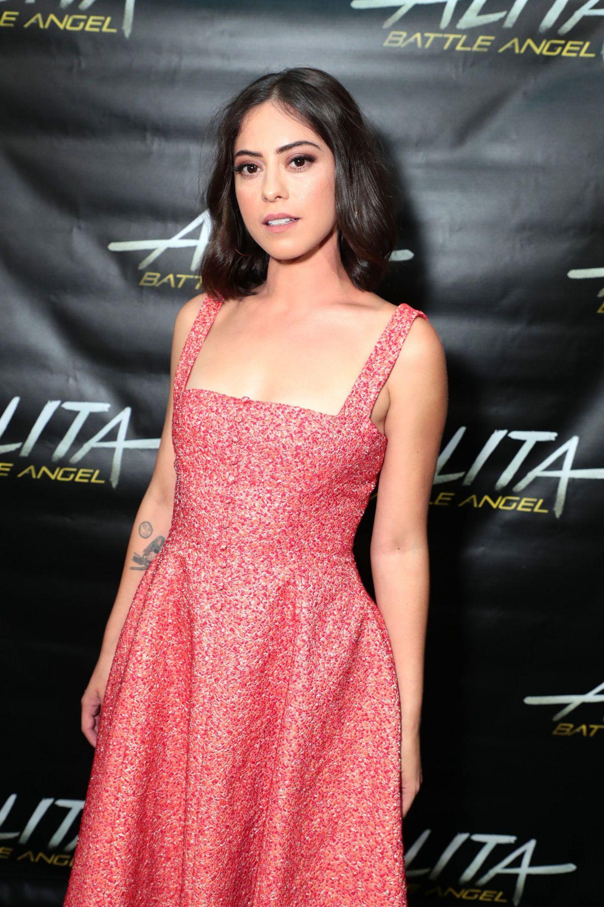 Rosa Salazar en robe décolletée