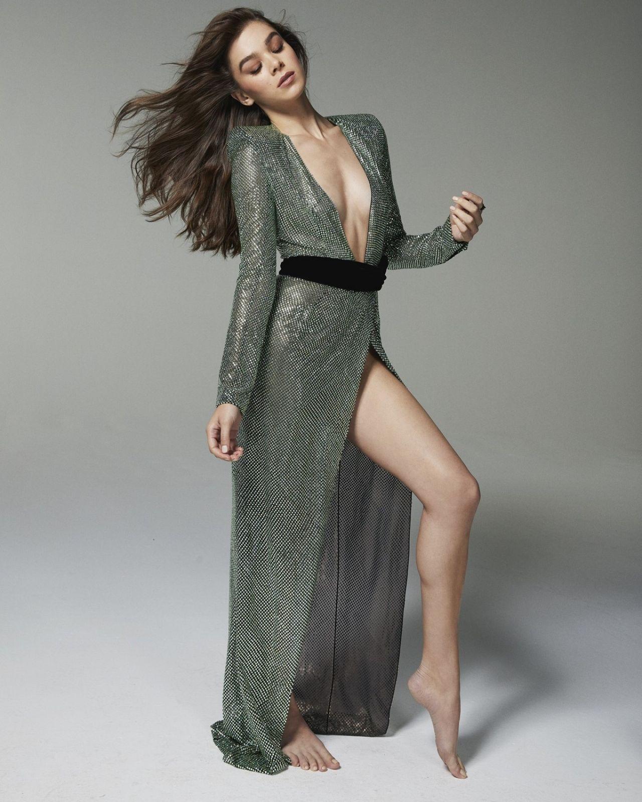 Hailee Steinfeld en robe fendue très décolletée