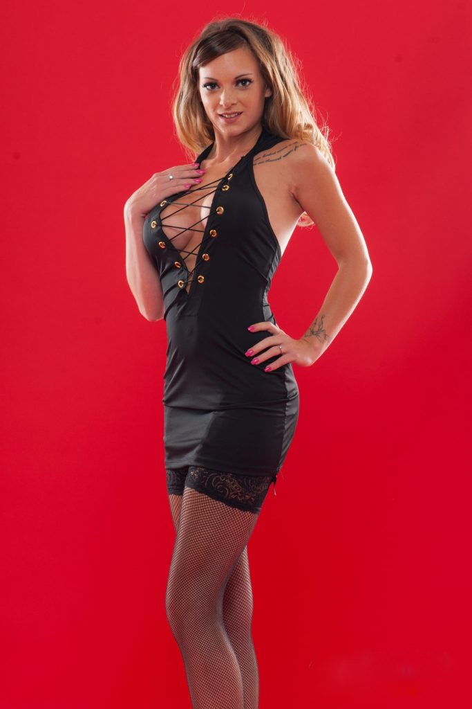Tiffany Leiddi en mini-robe très décolletée