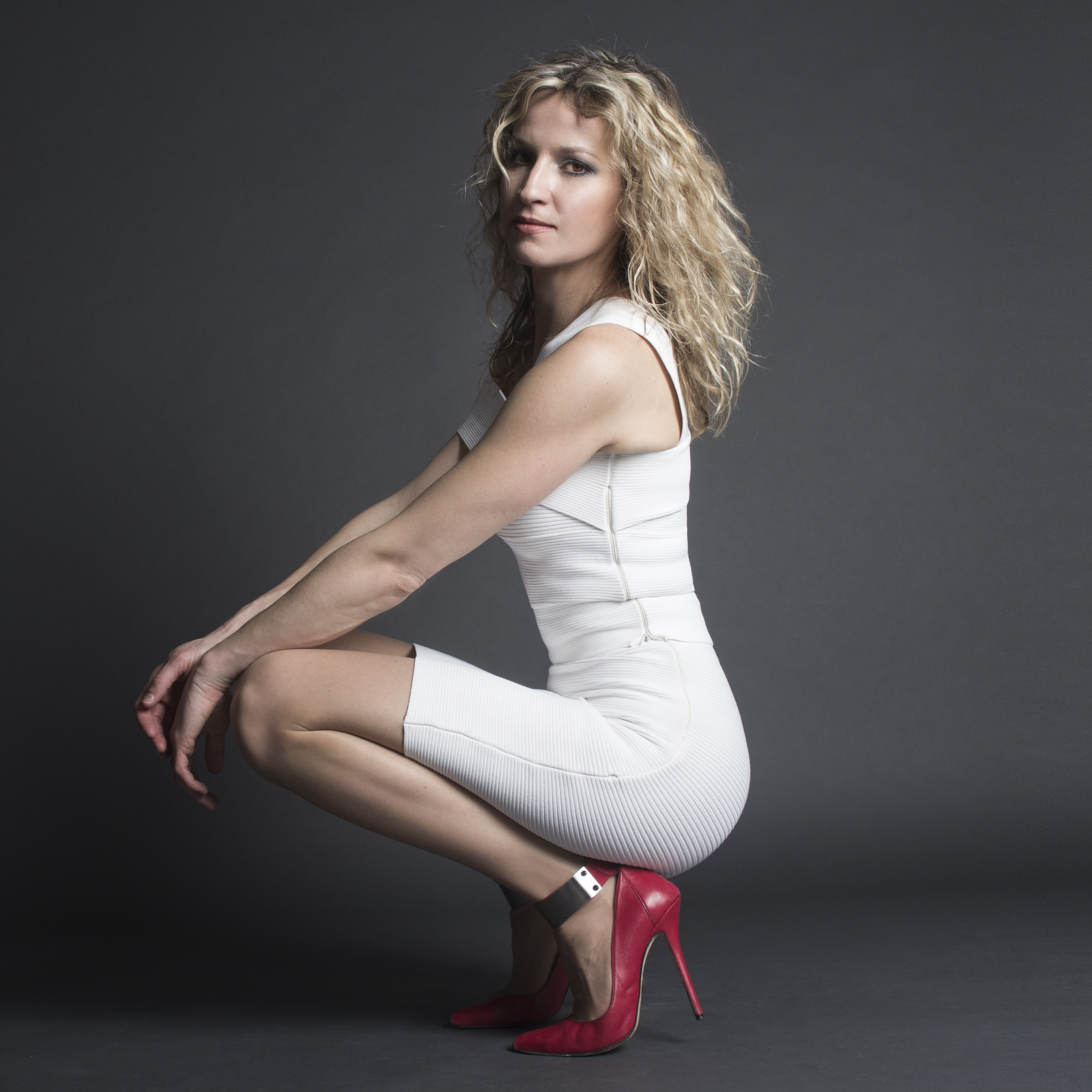 Ana Popovic en mini-robe moulante