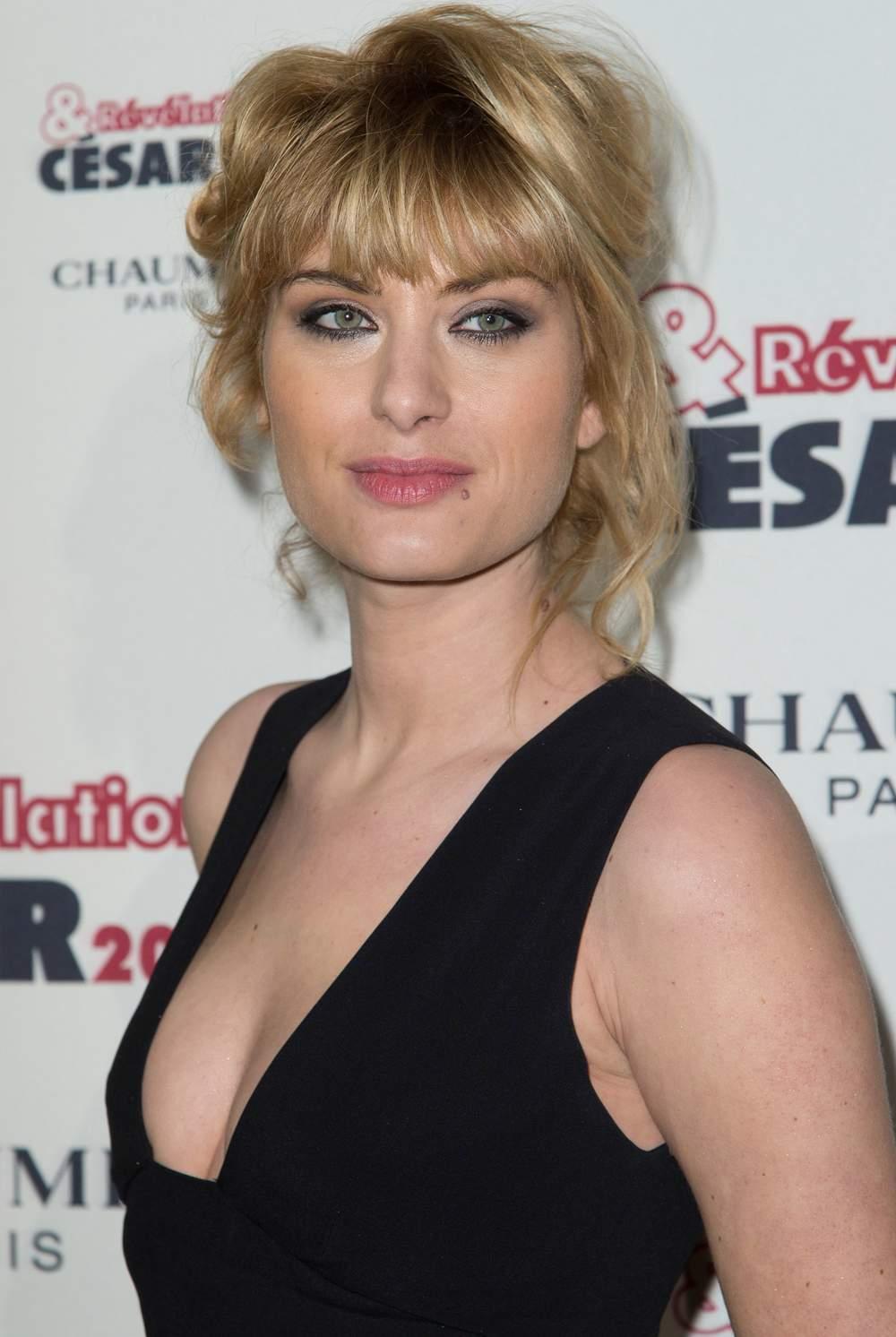 Mathilde Bisson en robe très décolletée