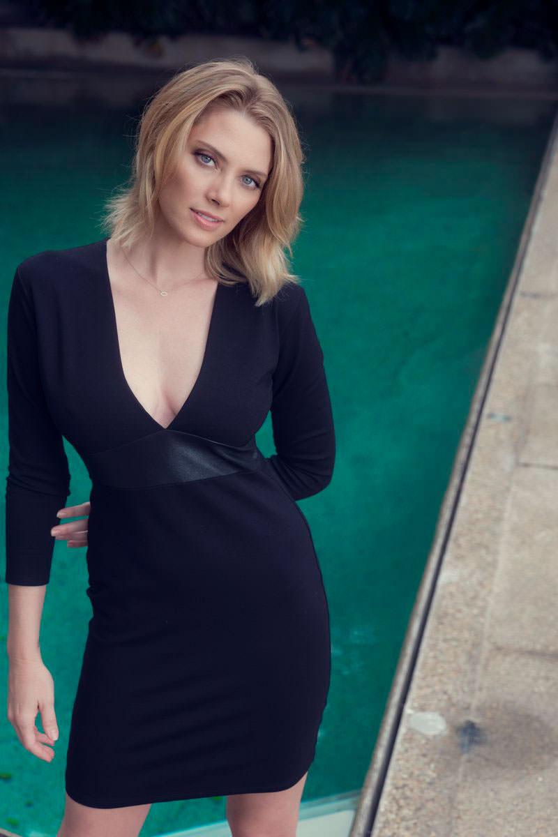 April Bowlby en mini-robe très décolletée