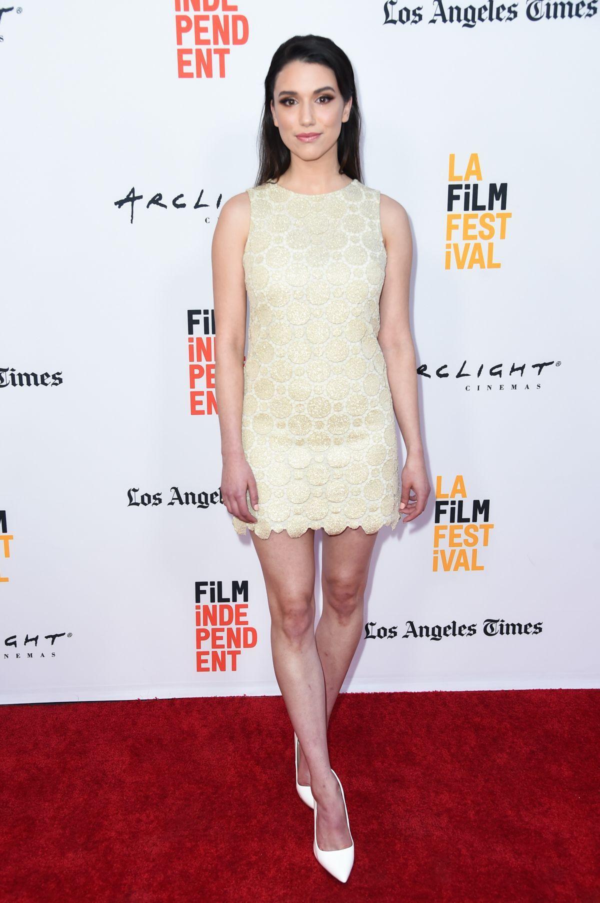Grace Fulton en mini-robe