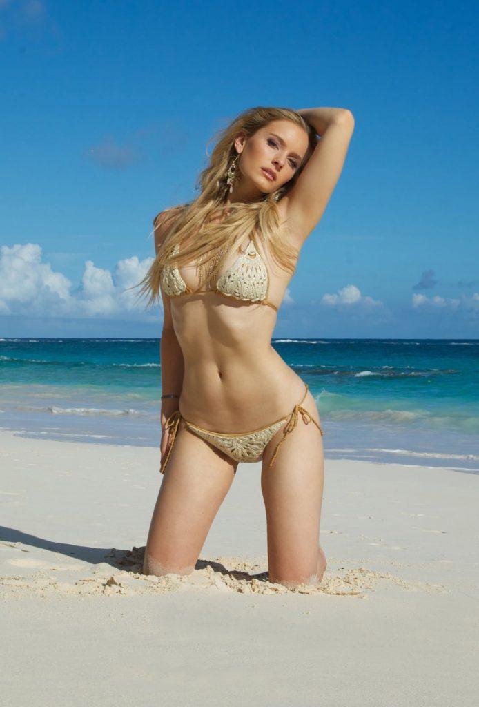 Taylor Black (Gildersleeve) en bikini sur la plage