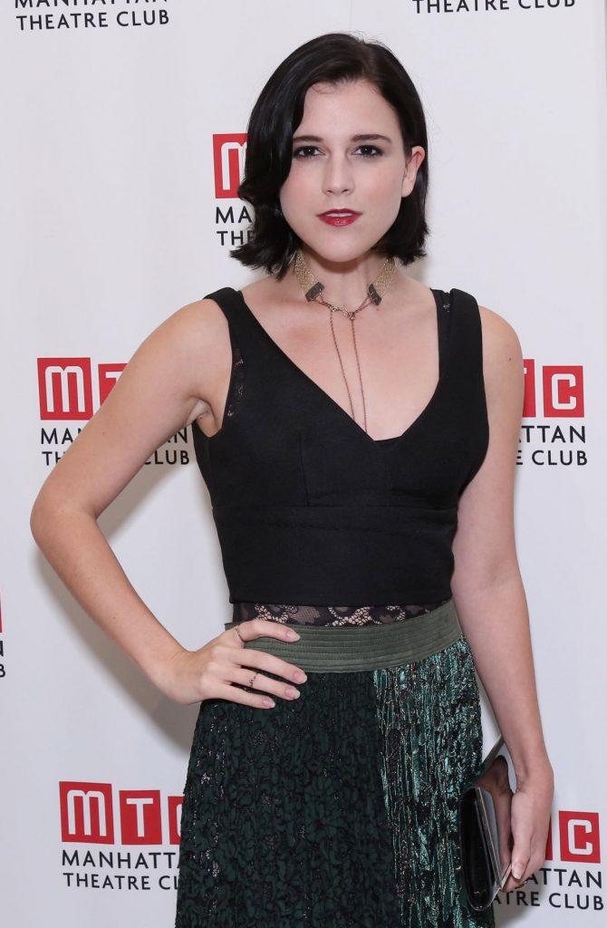 Alexandra Socha en robe décolletée