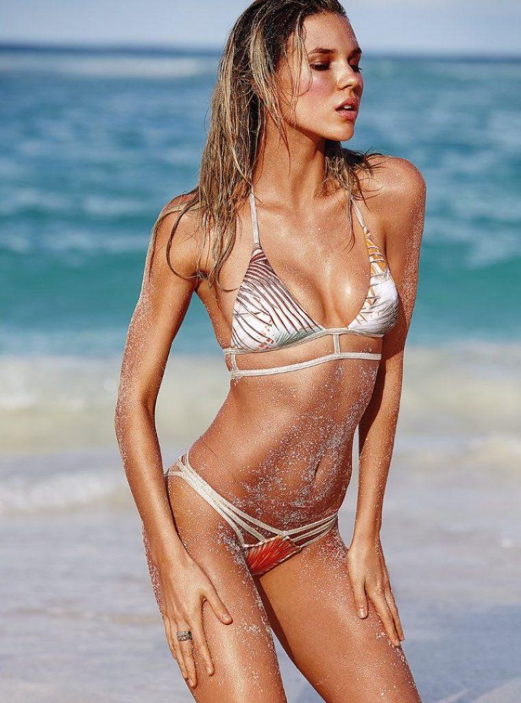 Britt Maren en bikini sur la plage