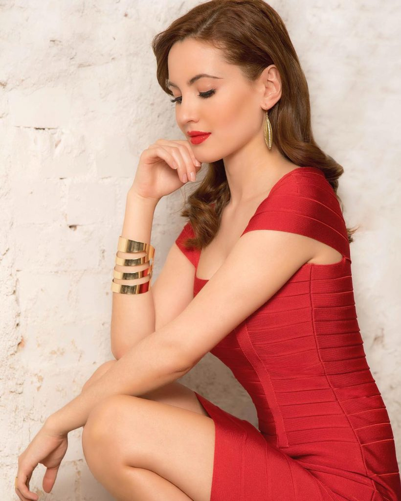 Ivana Baquero en mini-robe moulante