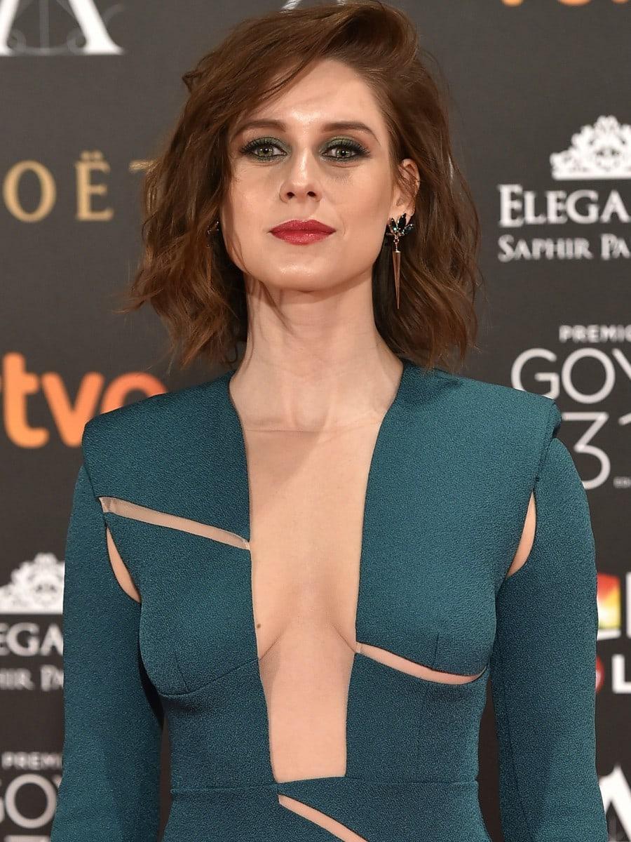 Manuela Vellés en robe très décolletée