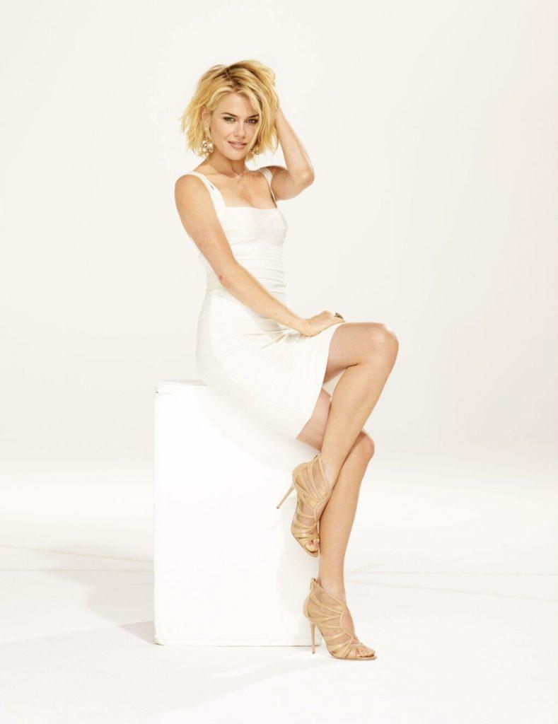 Rachael Taylor en mini-robe moulante