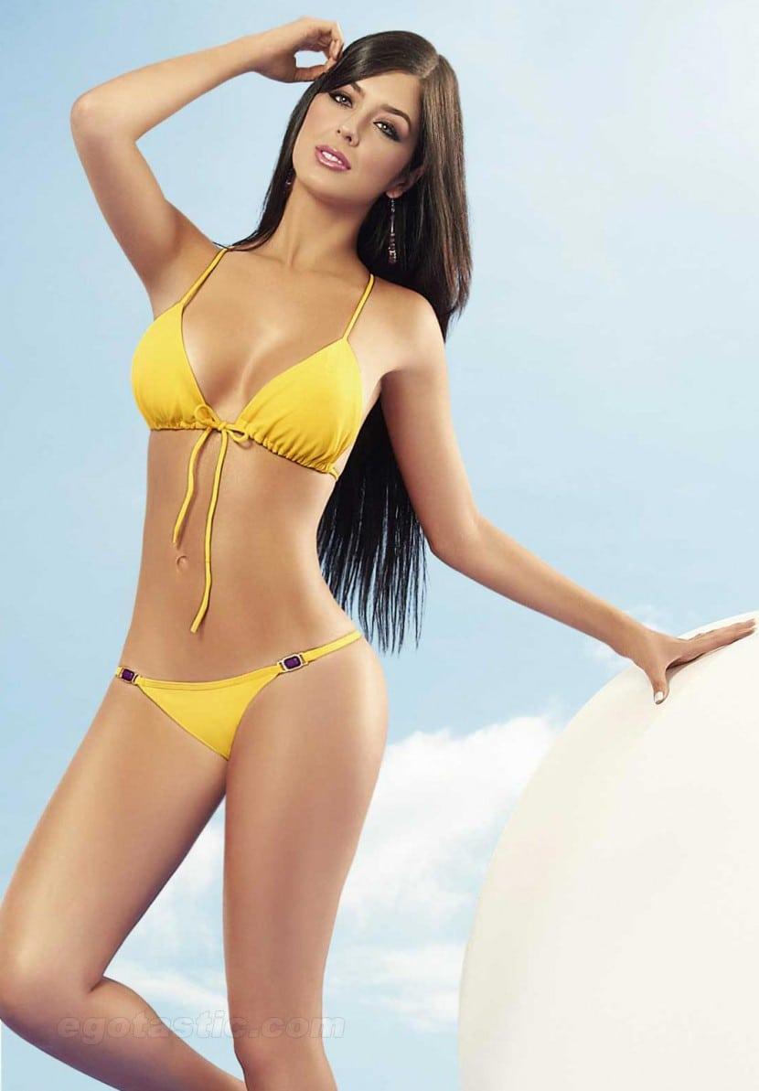 Camila Dávalos en bikini