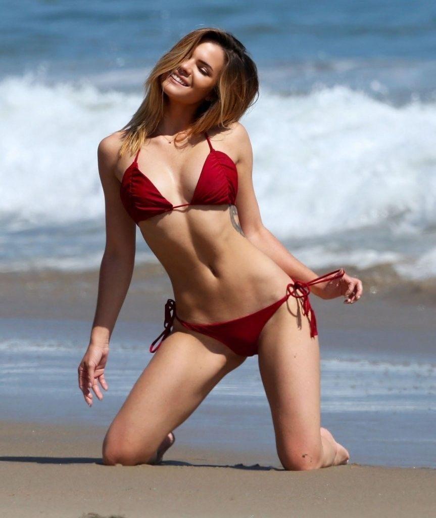 Kaili Thorne en bikini sur la plage