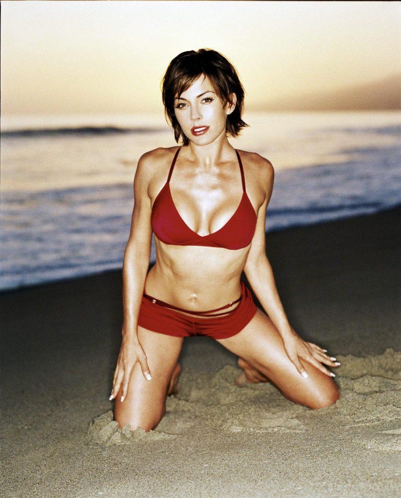 Krista Allen en bikini sur la plage