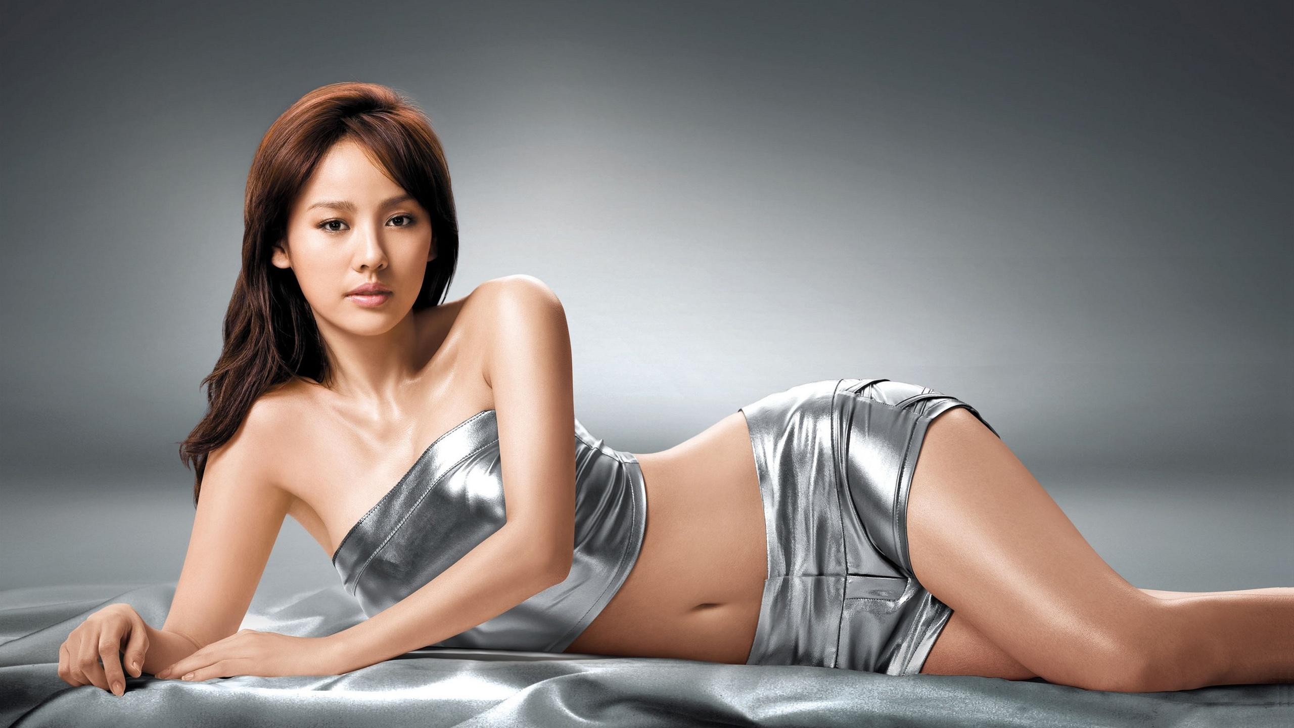 Lee Hyori en mini-short et brassière