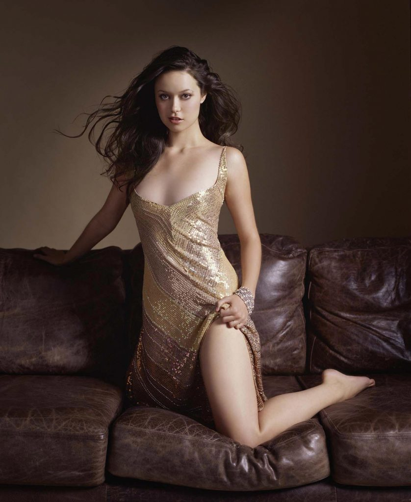 Summer Glau en robe fendue