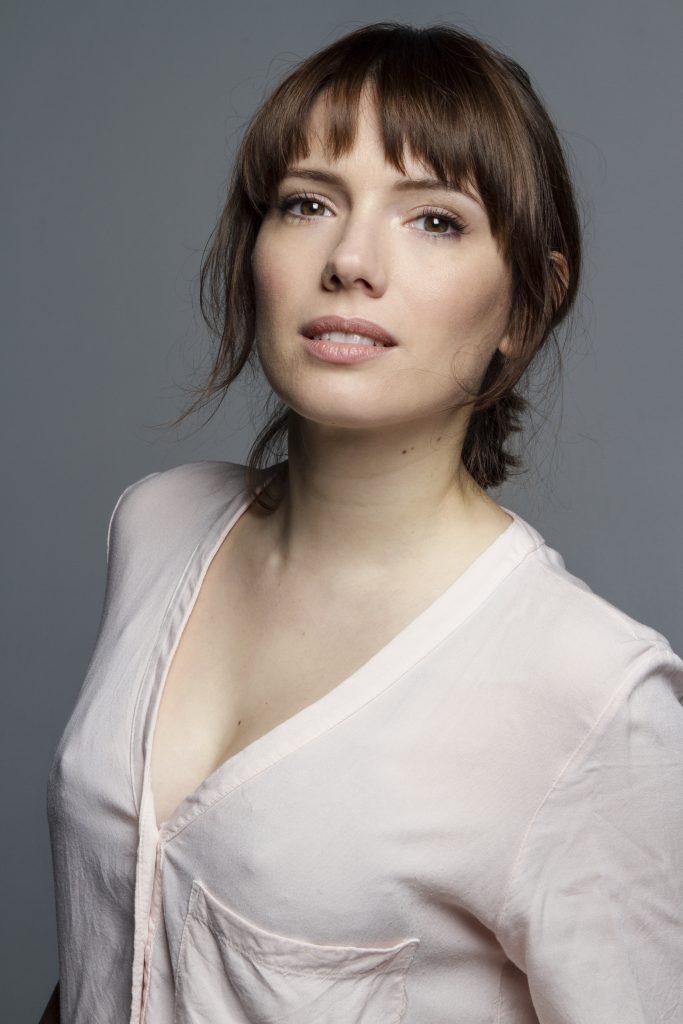 Diana Gómez en chemise décolletée