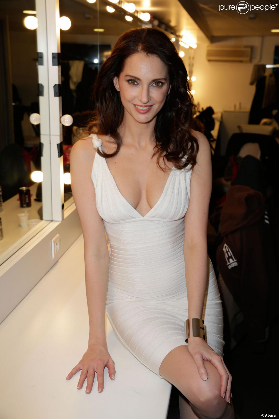 Frédérique Bel en robe très décolletée