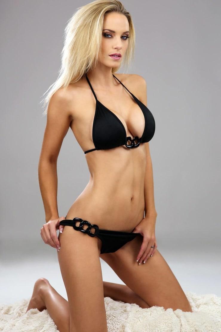 Kimberly Matte en bikini