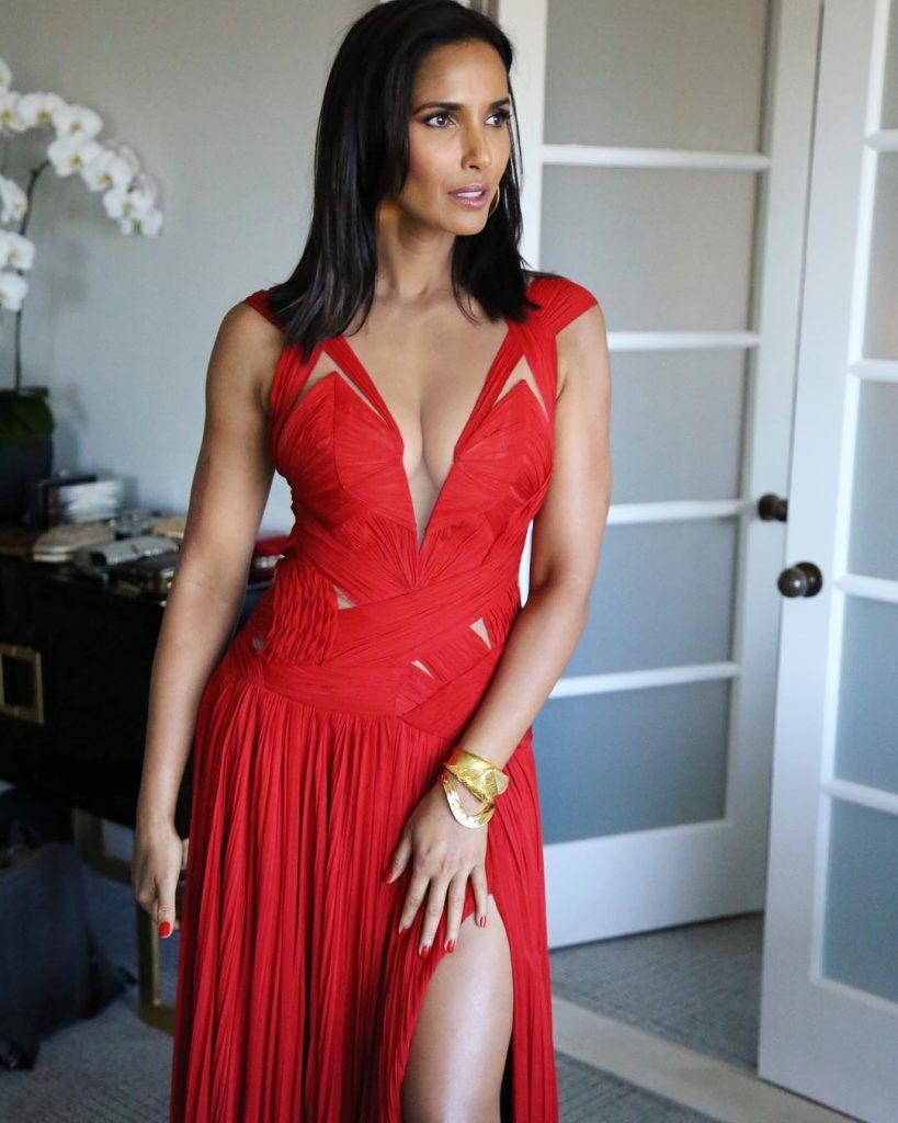 Padma Lakshmi en robe très décolletée
