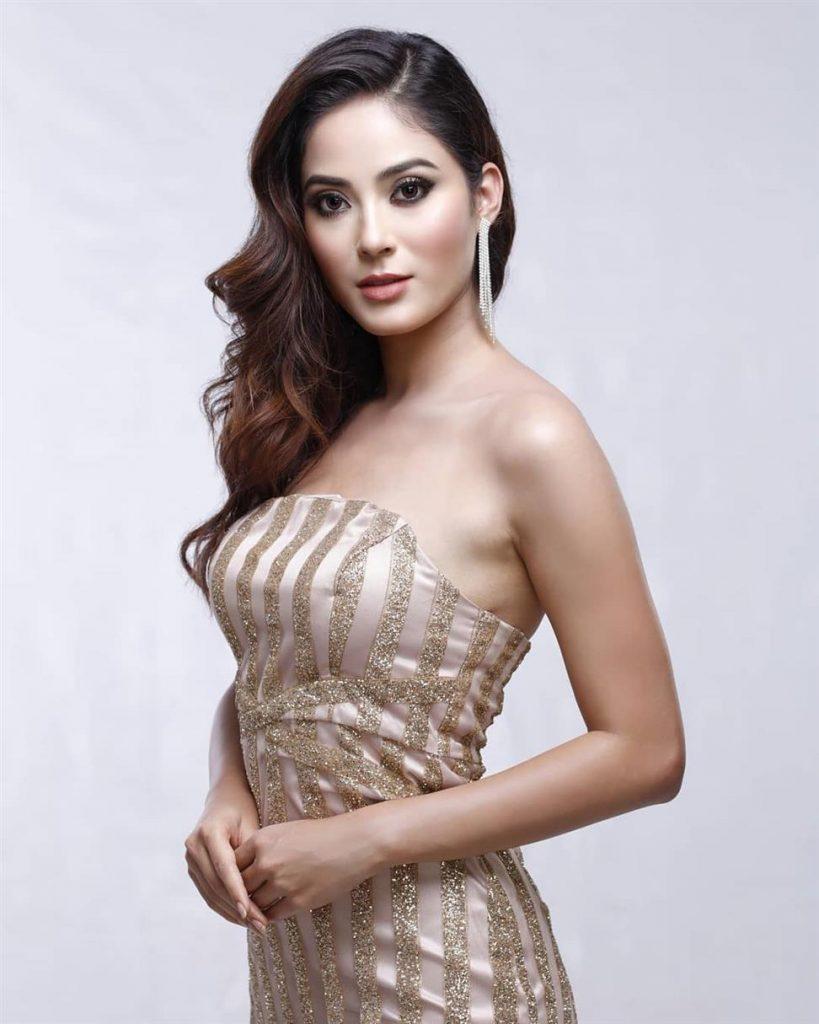 Shrinkhala Khatiwada en robe décolletée