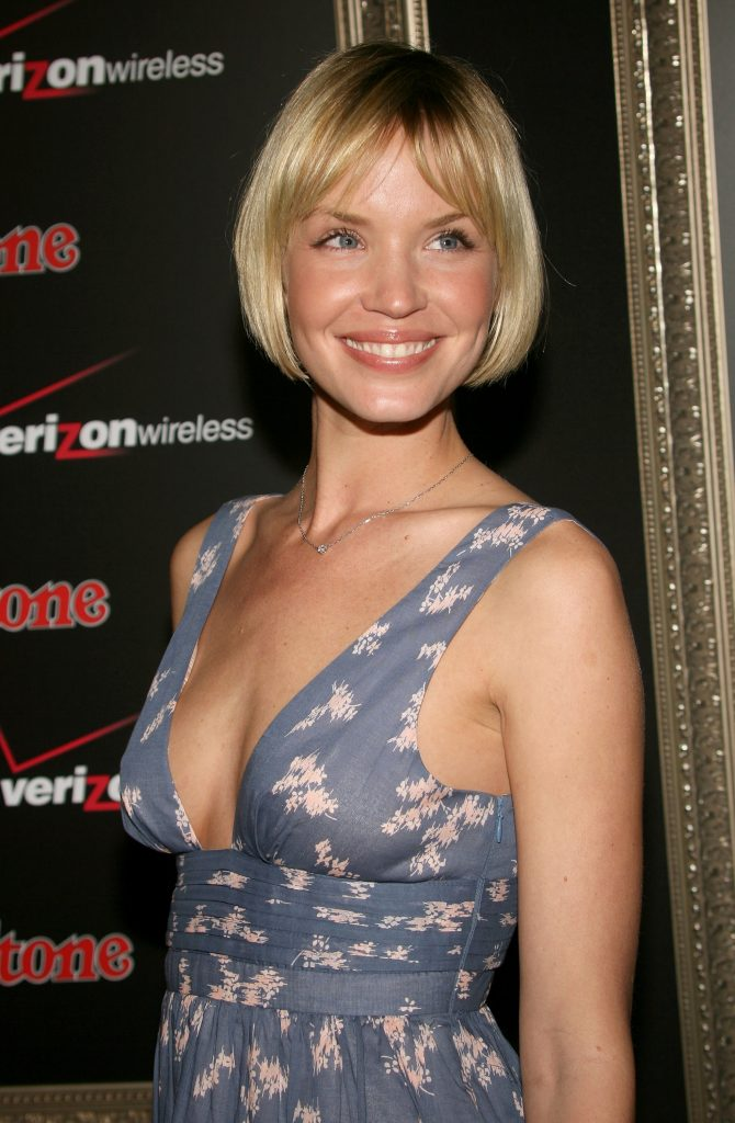 Ashley Scott en robe très décolletée