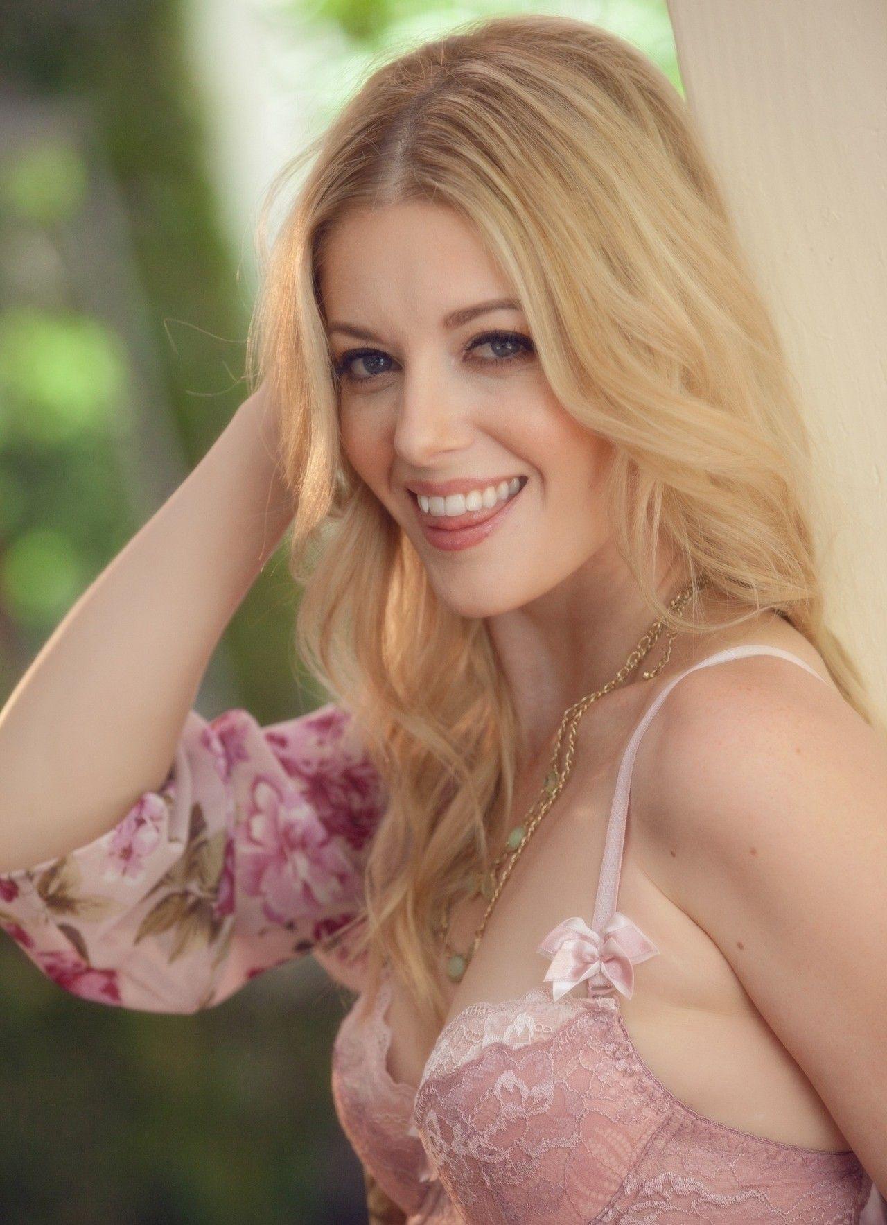 Charlotte Stokely en lingerie de dentelle