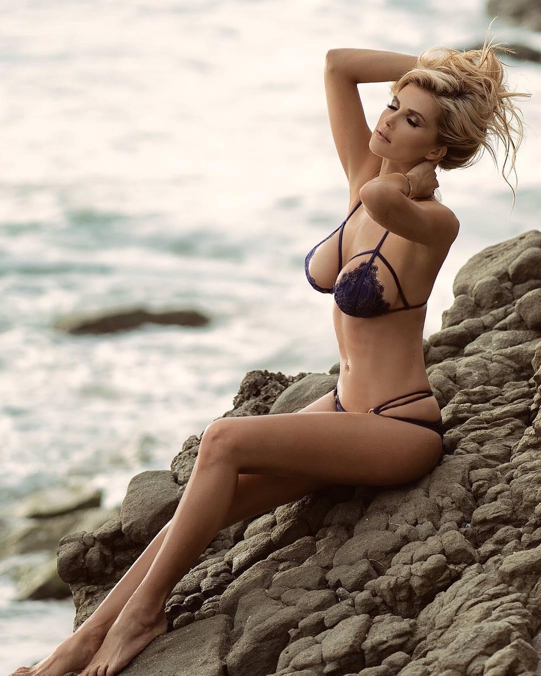 Leanna Bartlett en bikini