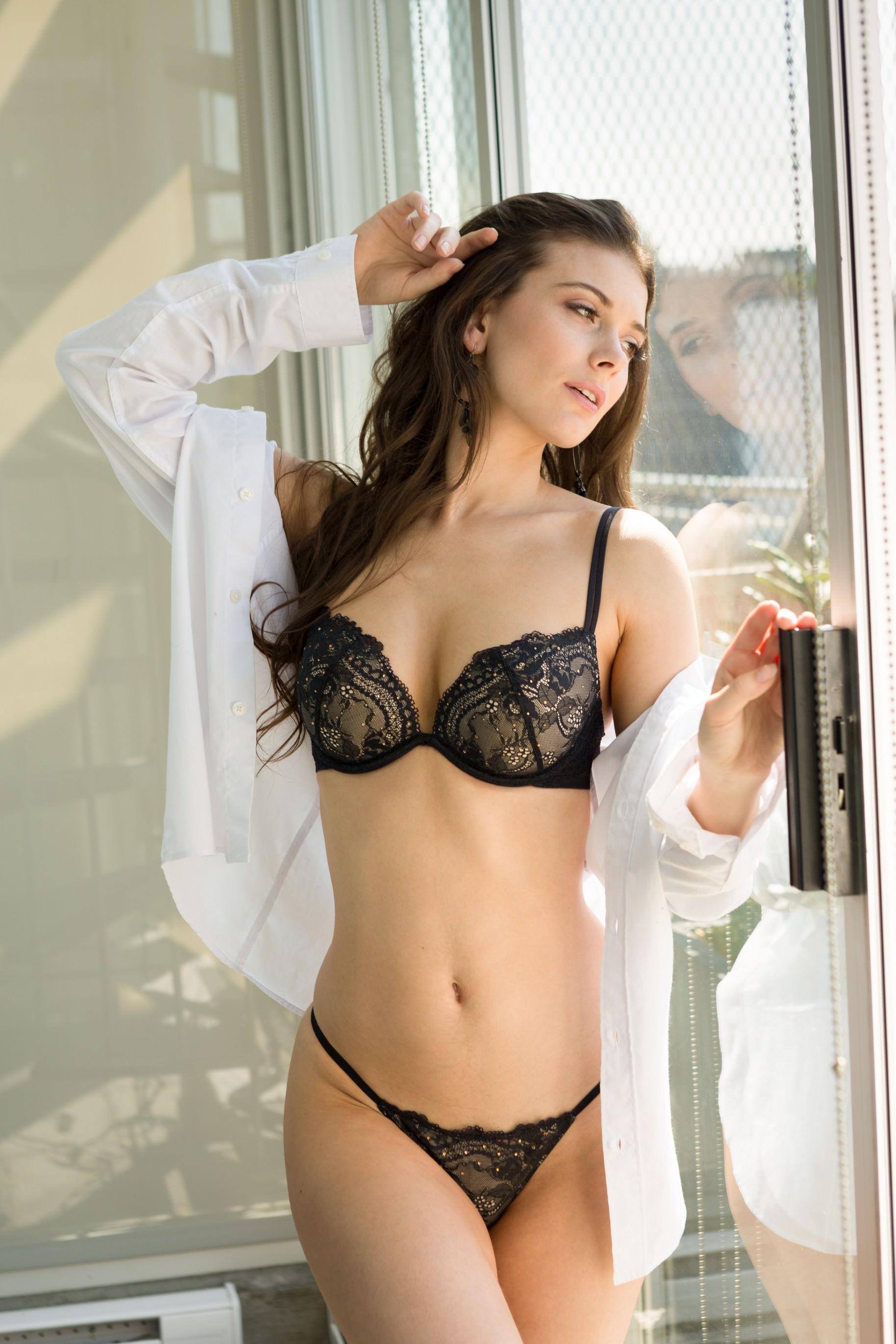Muirina Fae en lingerie de dentelle