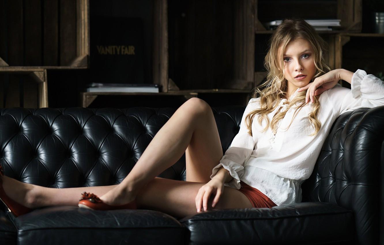 Alisa Tarasenko en mini-short et chemise