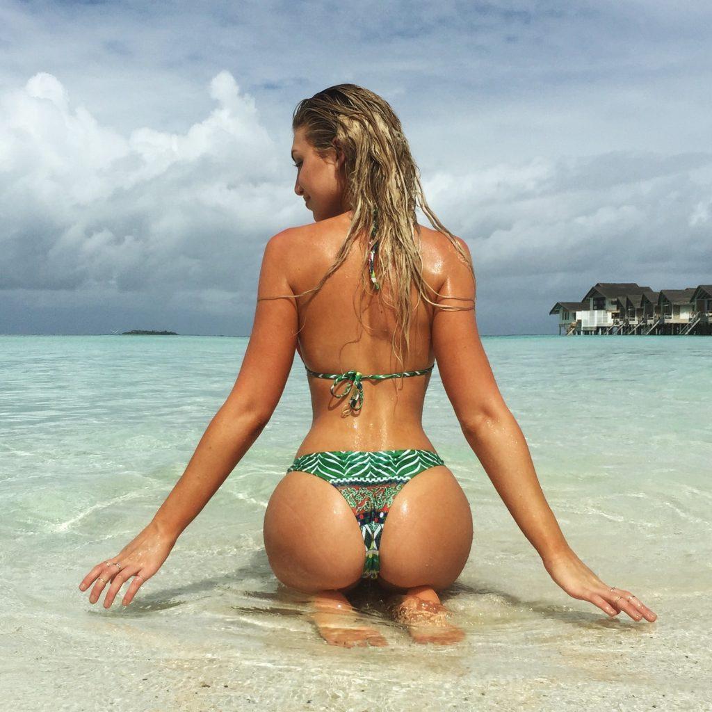 Gabrielle Grace Epstein en bikini sur la plage