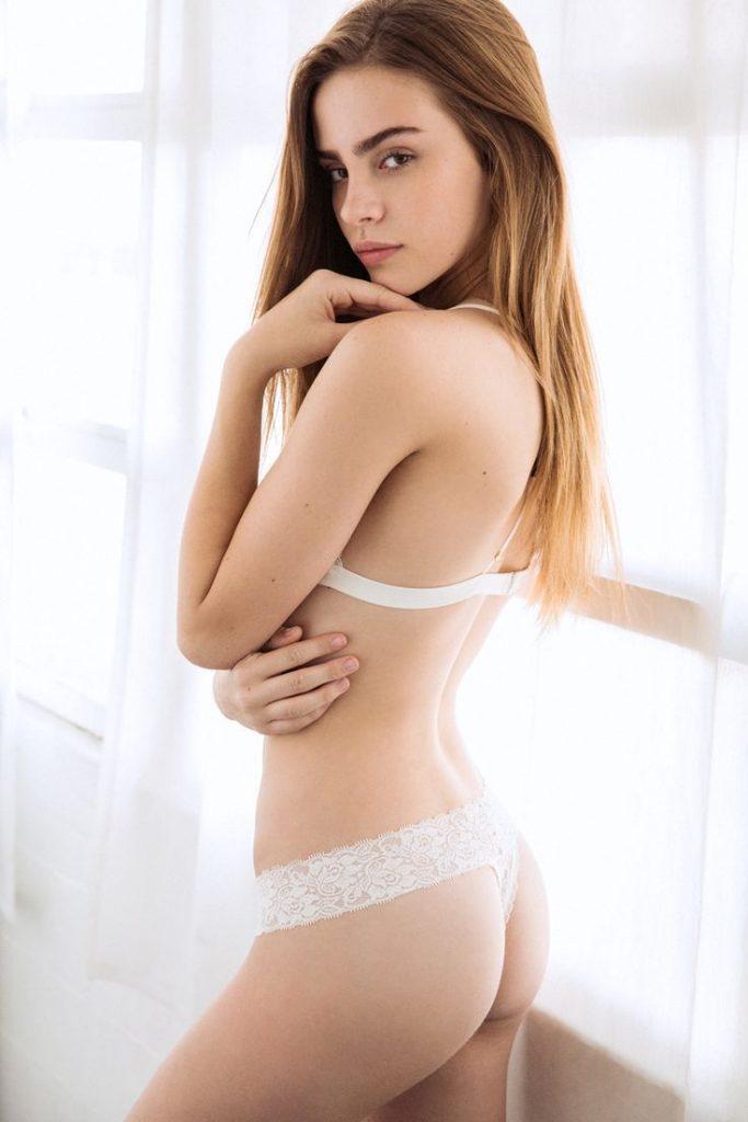 Bridget Satterlee en lingerie de dentelle