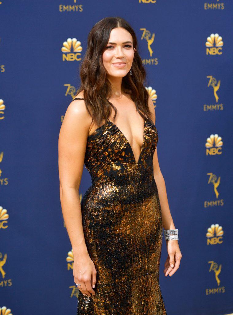 Mandy Moore en robe très décolletée