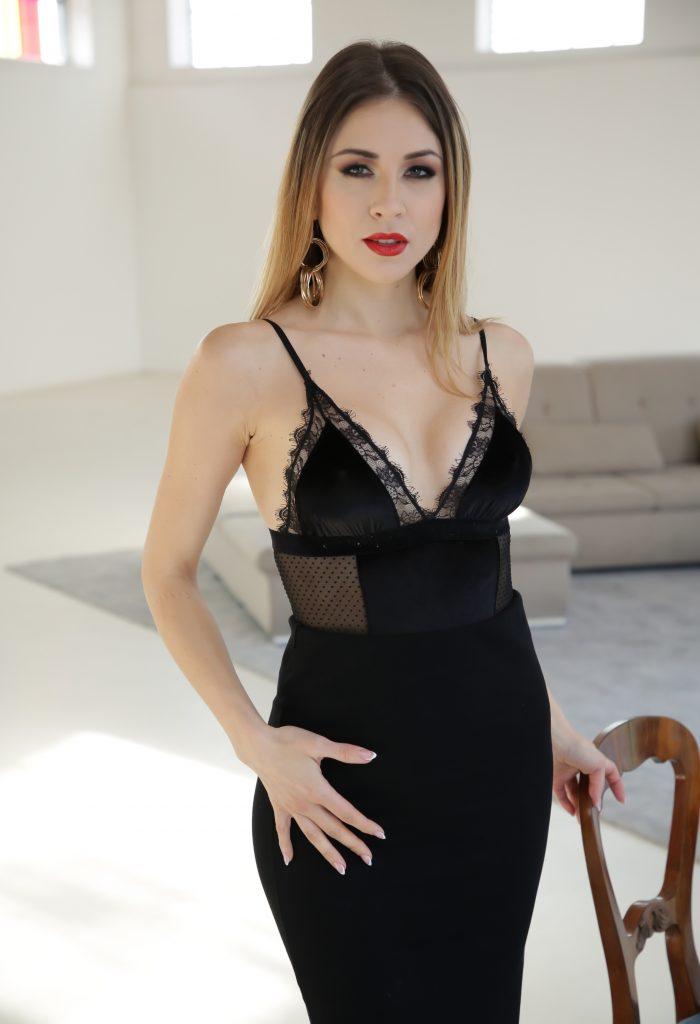 Paulina Soul en robe très décolletée