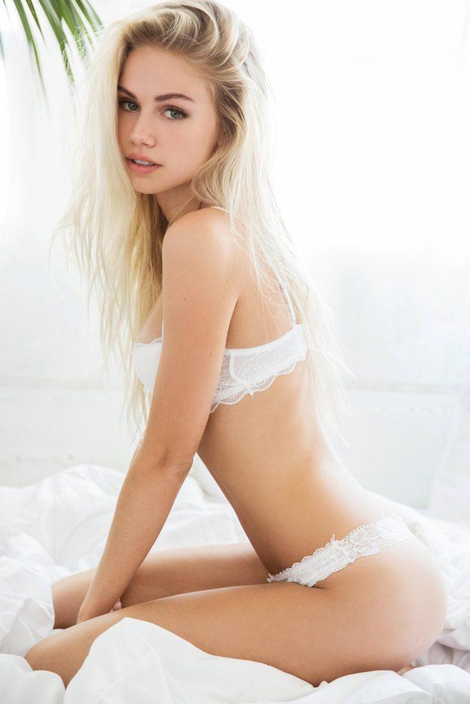 Scarlett Leithold en lingerie de dentelle