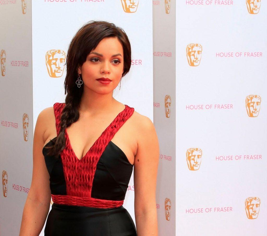 Georgina Campbell en robe très décolletée
