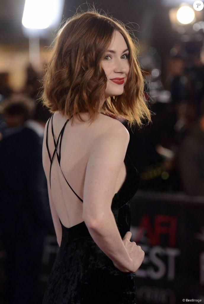 Karen Gillian en robe dos nu