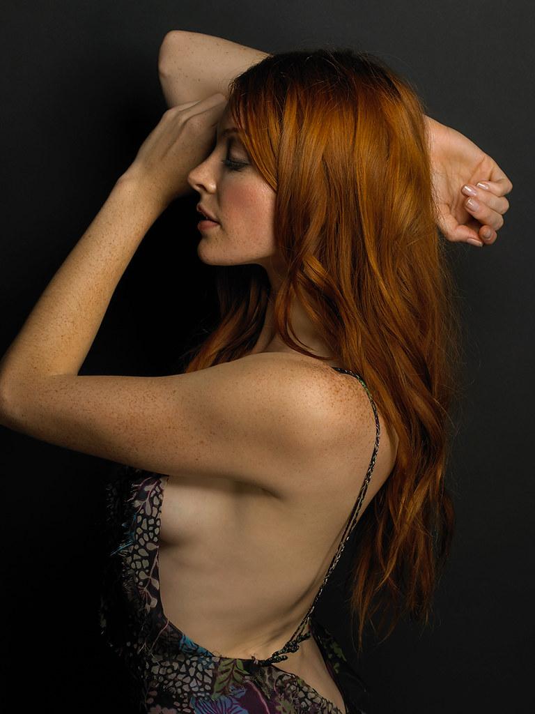 Nicole LaLiberte en robe dos nu