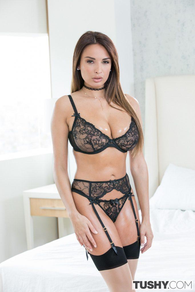 Anissa Kate en lingerie de dentelle