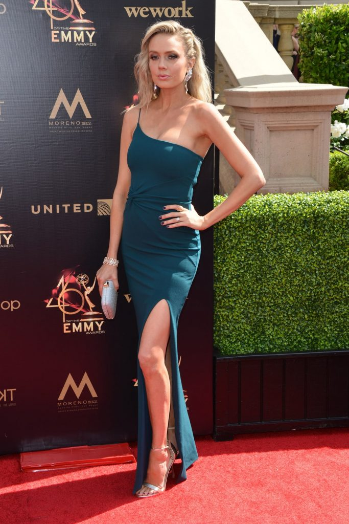 Melissa Ordway en robe moulante