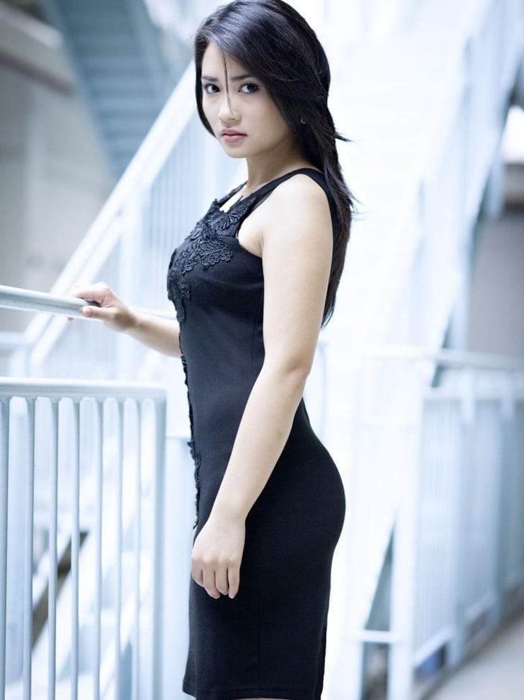 Mai Duong Kieu en mini-robe moulante