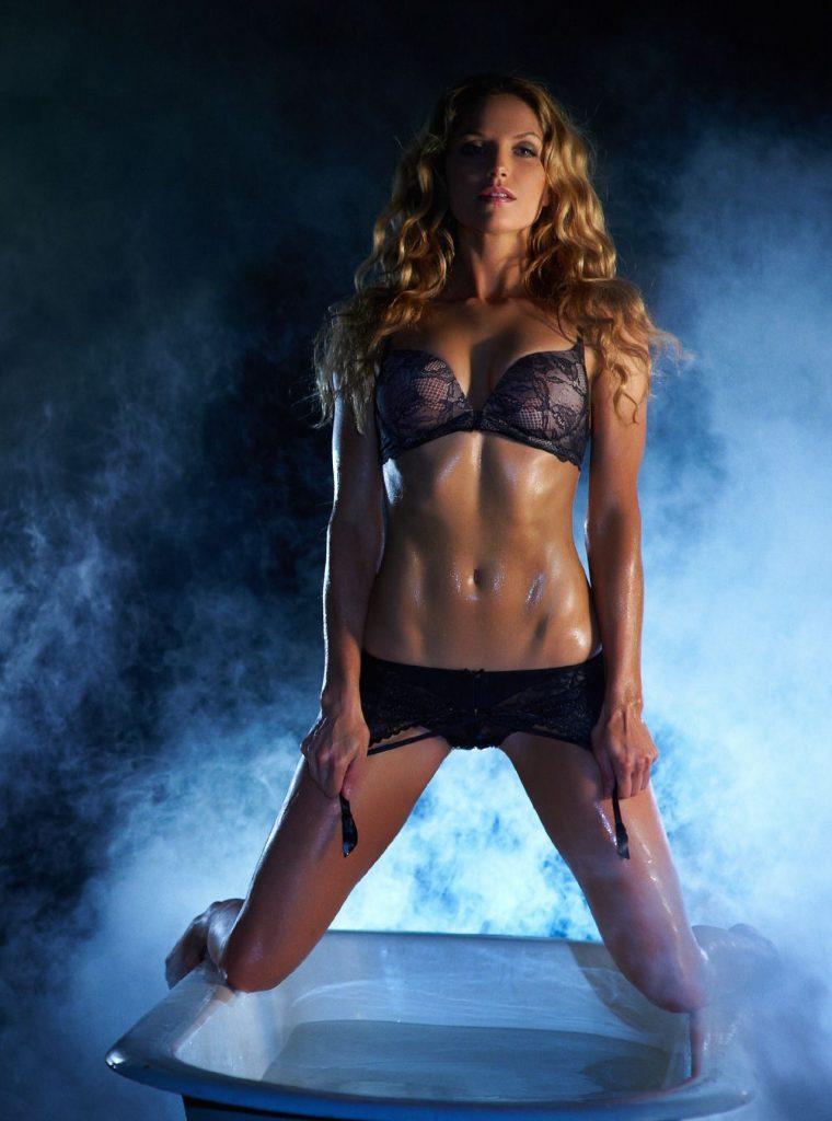 Ellen Hollman en lingerie de dentelle