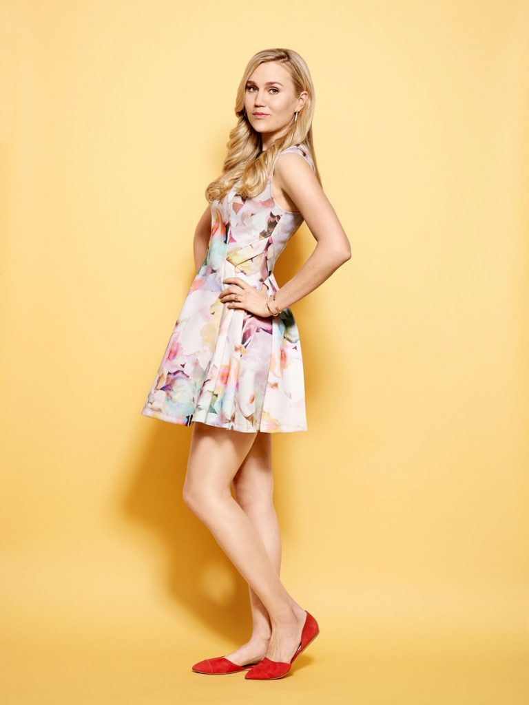 Nora Kirkpatrick en mini-robe