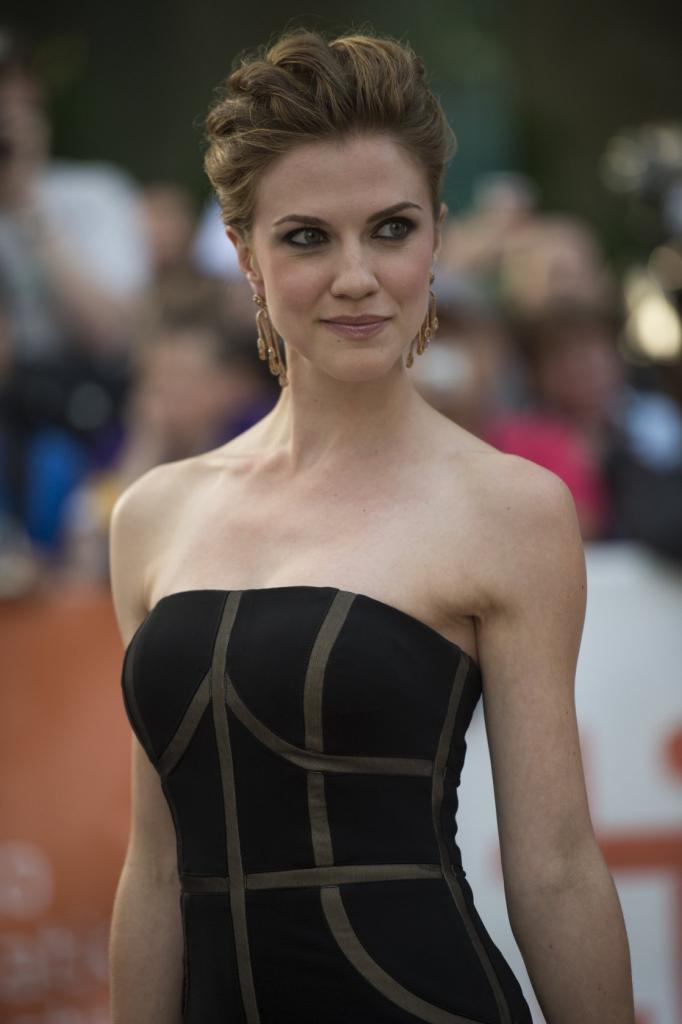 Sara Canning en robe moulante